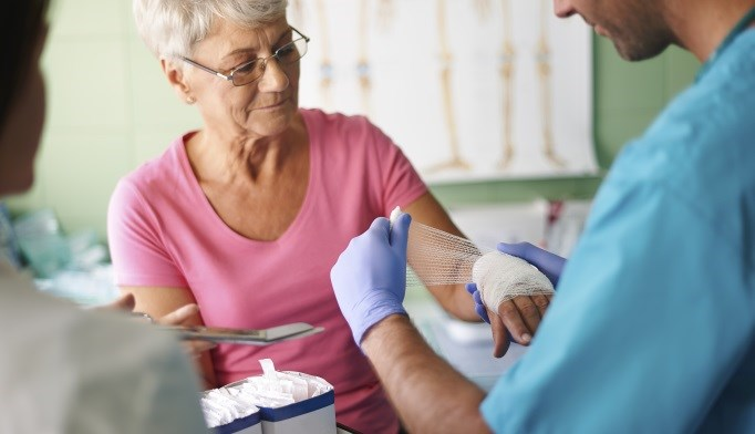 A new method for closing skin tears in elderly patients