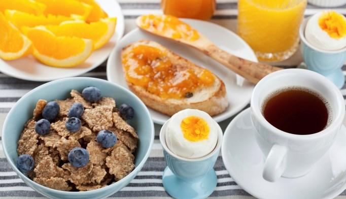 Eating breakfast helps control postprandial glucose in T2DM.