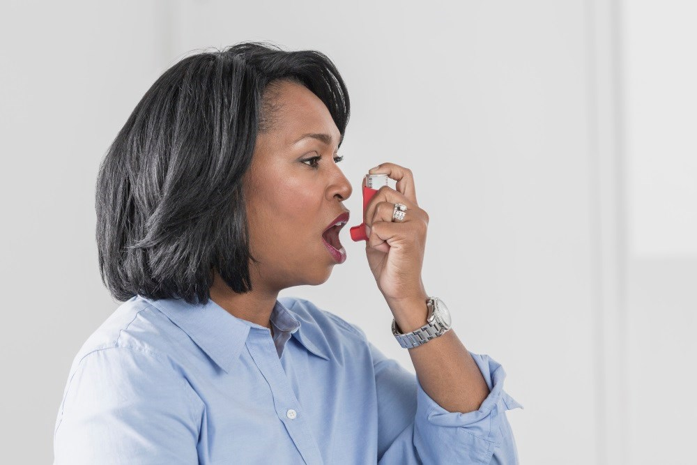 Asthma was associated with Crohn's disease and with early- and late-onset ulcerative colitis.