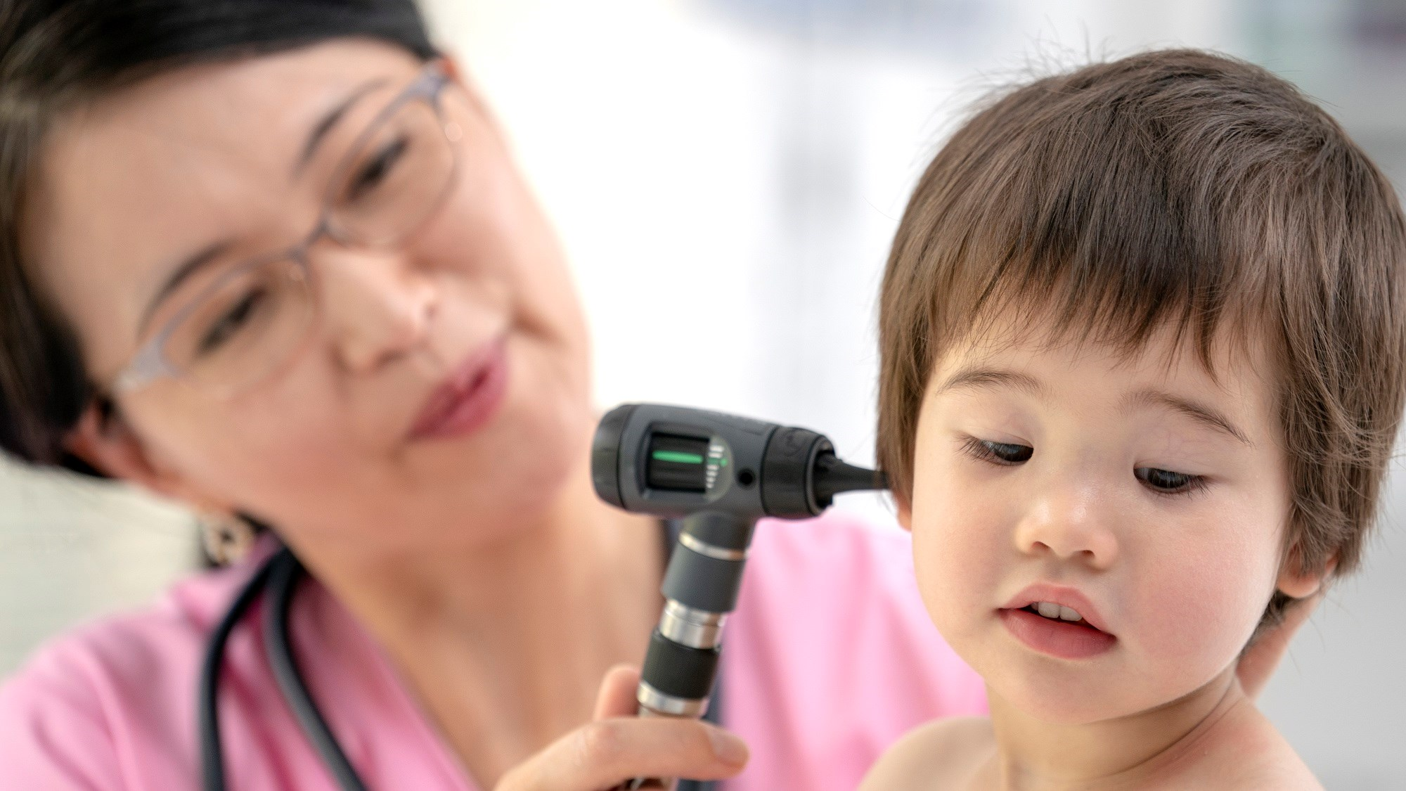 The use of short-term oral steroids may not significantly improve quality-of-life outcomes for children with persistent otitis media with effusion.