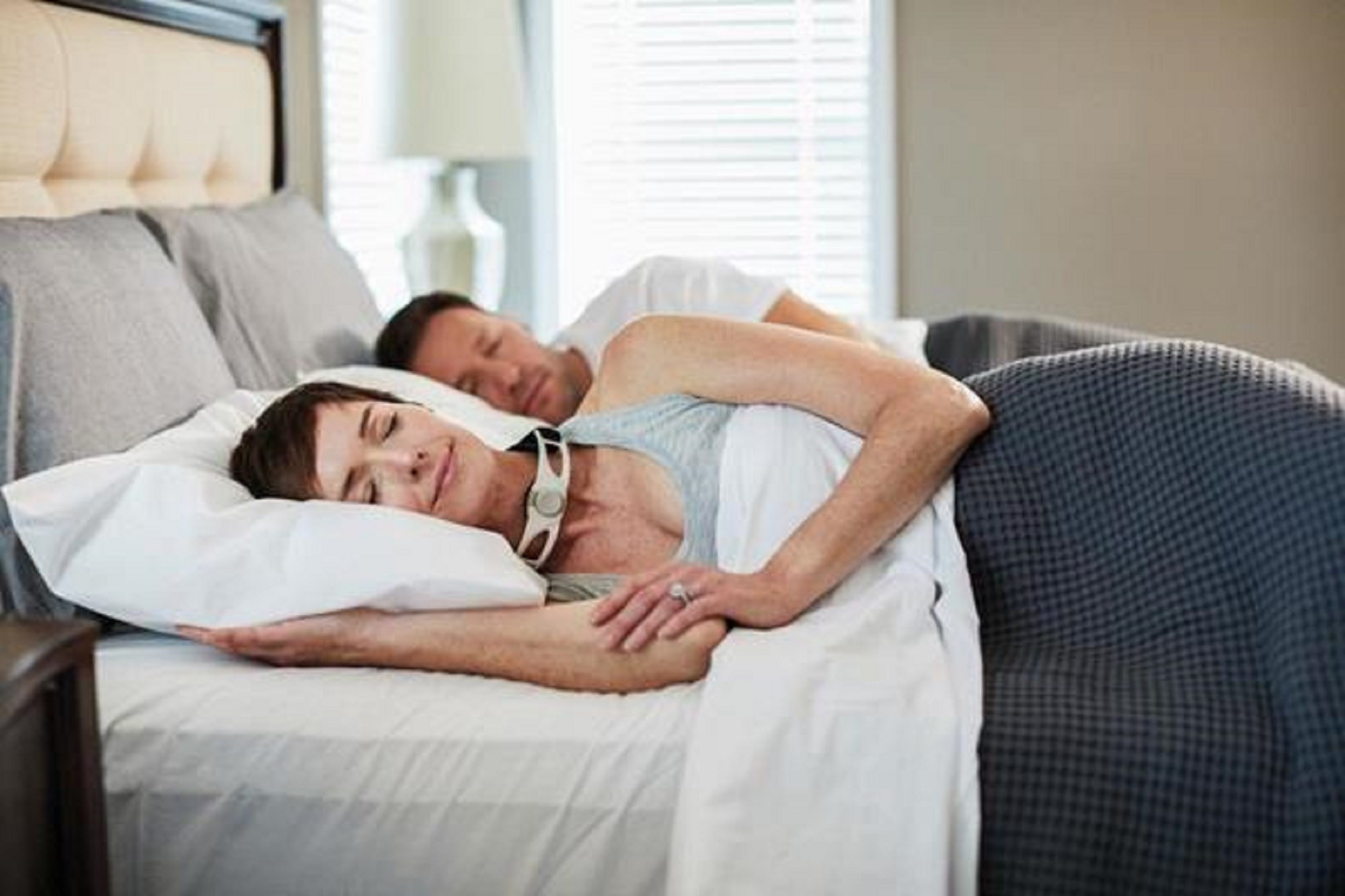 The device is worn around the neck during sleep and applies slight external pressure to the cricoid cartilage area (image provided by GlobeNewswire).